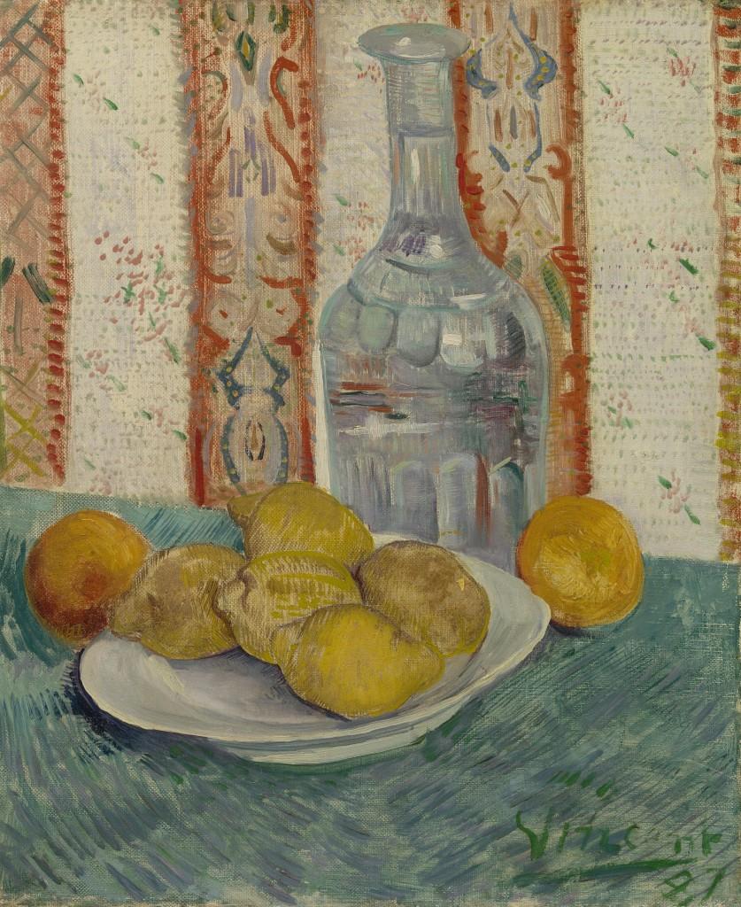 carafe et plat avec citron